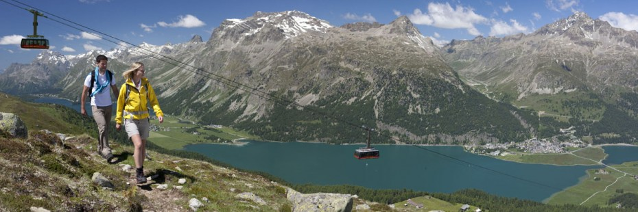 ENGADIN St.Moritz: Wanderer ueber dem Silvaplanersee